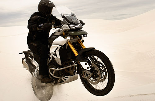 Tiger 900 Rally Pro in action with its Spoked tubeless front wheel of the ground
