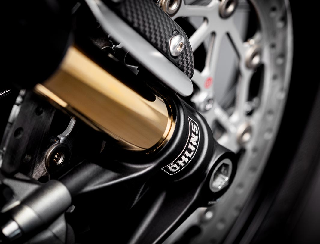Close-up shot of the Triumph Bobber TFC's premium Öhlins front suspension